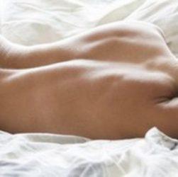 benefici del dormire nudi la notte