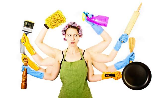 svolgere le faccende domestiche